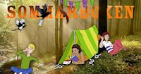 Tre barn läser och tältar i skogen.